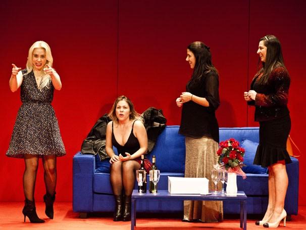 """Carol Lopez, Bebel Ambrósio, Tatiana Infante e Fernanda Heras em cena na peça """"A Hora Perigosa""""."""